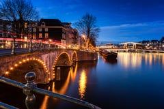De Kanalen en de Bruggen van Amsterdam bij Schemer Royalty-vrije Stock Afbeelding