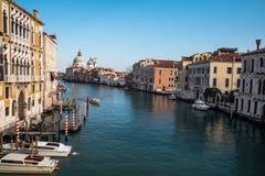 De kanalen en de gebouwen van Venetië stock afbeeldingen