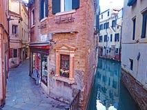 De kanalen en de smalle straten van Venetië, Italië Stock Afbeeldingen