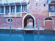 De kanalen en de smalle straten van Venetië, Italië Stock Afbeelding