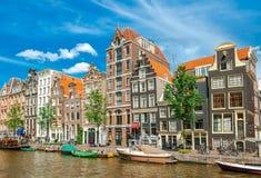 De kanalen van Amsterdam met typische huizen, Nederland Stock Foto