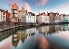 De kanalen van Brugge, Spiegelrei met bezinnings oude huizen bij zonsondergang royalty-vrije stock foto