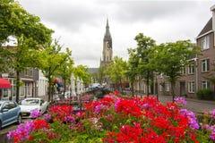 De kanalen van Delft en Nieuwe kerktoren, Nederland stock afbeelding
