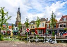 De kanalen van Delft en Nieuwe kerktoren, Nederland royalty-vrije stock afbeelding