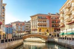 De kanalen van Venetië zoals Qanat Quartier bij de Parel in Doha, Qatar in een recente middag royalty-vrije stock fotografie
