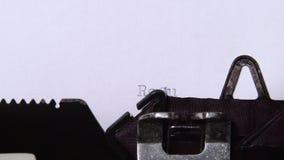 De kandidaat drukt een samenvatting op een retro schrijfmachine Sluit omhoog stock video