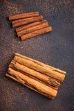 De kaneel en de kassieboom van Ceylon, stokken en poeder Stock Foto