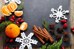 De kaneel, heupen, haakt sneeuwvlok, spar op donkere uitstekende achtergrond de Kerstman en rode bal stock fotografie