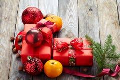 De kaneel, heupen, haakt sneeuwvlok, spar op donkere uitstekende achtergrond de Kerstman en rode bal royalty-vrije stock afbeeldingen