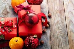 De kaneel, heupen, haakt sneeuwvlok, spar op donkere uitstekende achtergrond de Kerstman en rode bal stock foto