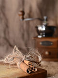 De kaneel is op houten raad Royalty-vrije Stock Afbeelding