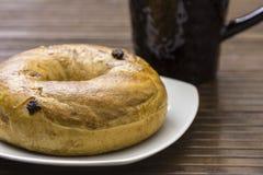 De kaneelongezuurd broodje van de rozijn Stock Afbeelding