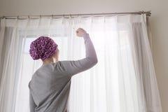 De kankervrouw voelt sterk Royalty-vrije Stock Fotografie