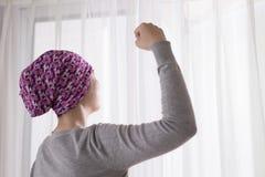 De kankervrouw voelt sterk Stock Fotografie