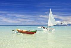 De kano's van de kraanbalk op zandig strand stock fotografie