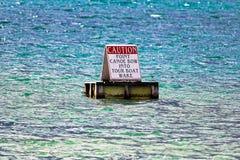 De kanoboog van het voorzichtigheidspunt in het kielzogteken van de reisboot royalty-vrije stock fotografie