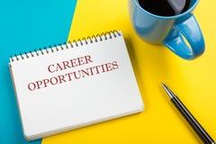 De kansen van de carrière Bureaulijst met blocnote, potlood en koffiekop Hoogste mening royalty-vrije stock foto's