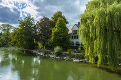 De kant van de Amperrivier in Furstenfeldbruck, Duitsland Royalty-vrije Stock Afbeelding