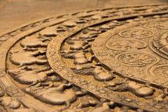De Kant van de Hulp van de Grond van Sandakada Pahana van Polonnaruwa Stock Foto