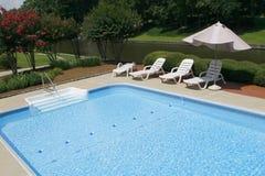 De Kant van de pool met de Stoelen en de Paraplu van de Zitkamer Stock Afbeeldingen