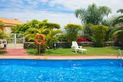 De kant van de pool in tropische tuin royalty-vrije stock afbeeldingen