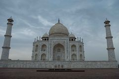 De kant van het oosten van Taj Mahal op een bewolkte ochtend stock afbeeldingen