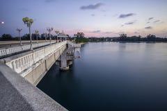 De kant van de Sarasinbrug lefe wordt verbonden tussen het vasteland van Thailand stock afbeeldingen