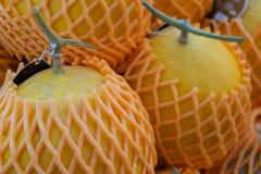 De Kantaloep van het meloenfruit met schuim netto in fruitmarkt stock foto