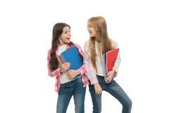 De kantoorbehoeften van de school Leerlingen die grote handboeken dragen aan schoolklassen Het nemen van extra klassen Meisjes me royalty-vrije stock foto's