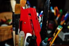 de kantoorbehoeften varieert pennen, potloden, gommen, stempelt omhoog opgestapeld allen royalty-vrije stock afbeeldingen