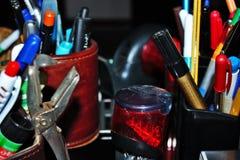 de kantoorbehoeften varieert pennen, potloden, gommen, stempelt omhoog opgestapeld allen royalty-vrije stock afbeelding