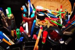 de kantoorbehoeften varieert pennen, potloden, gommen, stempelt omhoog opgestapeld allen stock afbeeldingen