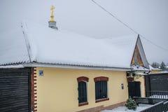 De kapel is de doopdoopvont in het dorp van Vyatka, Yaroslavl-gebied Stock Afbeelding