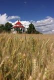 De kapel van het dorp in de zomerplatteland stock foto's