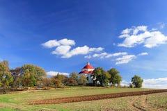 De kapel van het dorp in de zomerplatteland royalty-vrije stock fotografie