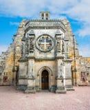 De Kapel van Rosslyn op een zonnige die de zomerdag, bij het dorp van Roslin, Midlothian, Schotland wordt gevestigd Stock Afbeeldingen