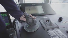 De kapitein controleert het schip close-up van handbedieningshendel stock videobeelden