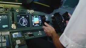 De kapitein is controles het vliegtuig stock video
