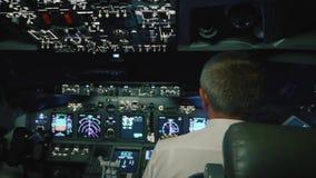 De kapitein is controles het vliegtuig, achtermening stock footage