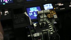 De kapitein is controles het vliegtuig, achtermening stock video