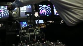 De kapitein is controles het vliegtuig, achtermening stock videobeelden