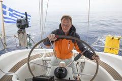 de kapitein drijft de zeilboot in de open zee yachting sailing royalty-vrije stock foto's