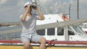 De kapitein kijkt door verrekijkers Marien concept stock videobeelden