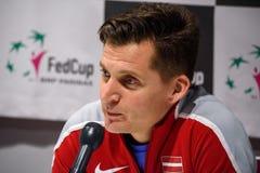 De Kapitein van Adrianszguns van team Letland voor FedCup, tijdens persconferentie voor FEDCUP-Wereldgroep II Eerste Ronde spelen stock foto's
