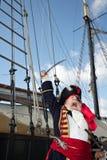 De kapitein van de piraat op schip schreeuwt en golvenzwaard Stock Fotografie