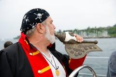 De kapiteins blazende hoorn van de zeilboot royalty-vrije stock foto's