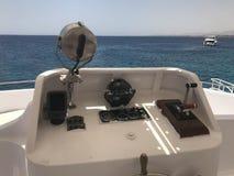 De kapiteins` s cabine op een carboat, boot, cruisevoering met een stuurwiel, echolood, overzees kompas, navigator, gasgreep, tac Stock Fotografie