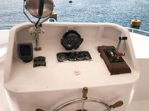 De kapiteins` s cabine op het schip, boot, cruisevoering met het stuurwiel, dashboard, navigator, snelheidsmeter en controleappar Stock Fotografie
