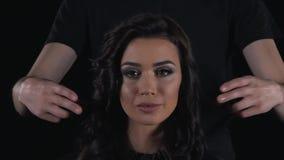 De kapper beweegt meisjes` s krullen stock footage