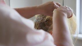 De kapper doet haar het kleuren in schoonheidsstudio, professionele kleuring en haarverzorging, schoonheidszaken stock videobeelden